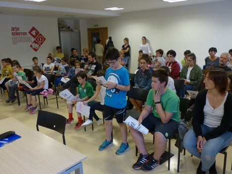 El alumnado de Agenda escolar 21 de Kurtzebarri eskola, en el Pleno (2016-2017)