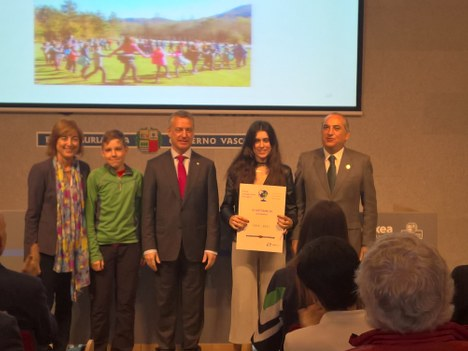 """El lehendakari entrega a Kurtzebarri eskola BHI  el certificado de """"Escuela Sostenible"""""""