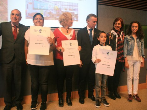 """Kurtzebarri eskola LH recibe el certificado de """"Escuela sostenible"""" de manos del lehendakari Iñigo Urkullu"""
